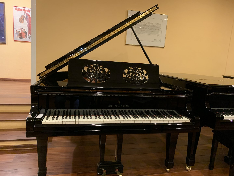 Steinway & Sons M 170 von bekanntem Musiker von 1927 in Schwarz glänzend